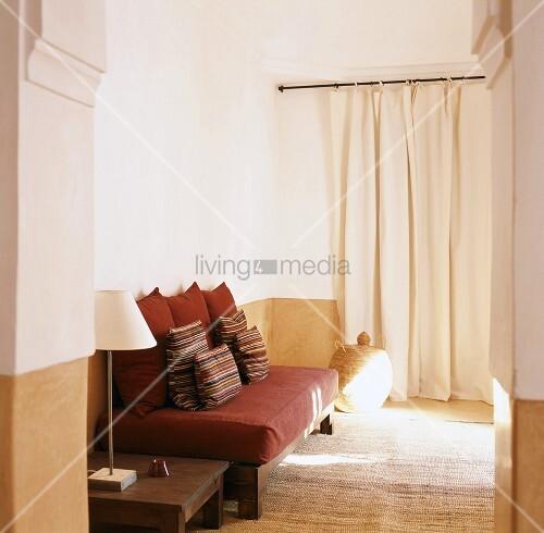 Sitzecke im modernen orientalischen stil mit kissen auf einem matratzensofa bild kaufen for Kissen orientalischen stil