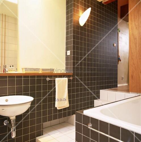 braun und weiss gefliestes badezimmer mit grossem integriertem spiegel und stufen nach oben. Black Bedroom Furniture Sets. Home Design Ideas