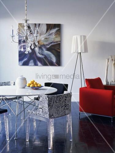 orgineller stilmix im wohnraum designer st hle mit plexiglas beinen um einen runden tisch und. Black Bedroom Furniture Sets. Home Design Ideas