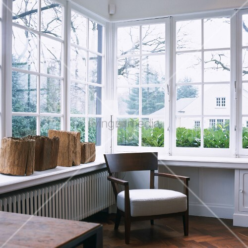 wintergarten mit polsterstuhl am fenster und rustikalen. Black Bedroom Furniture Sets. Home Design Ideas