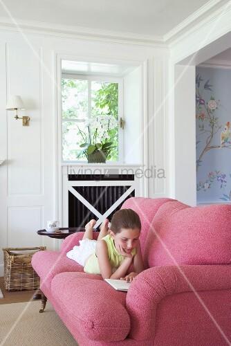 Lesendes M Dchen Auf Gem Tlichem Sofa Bild Kaufen Living4media
