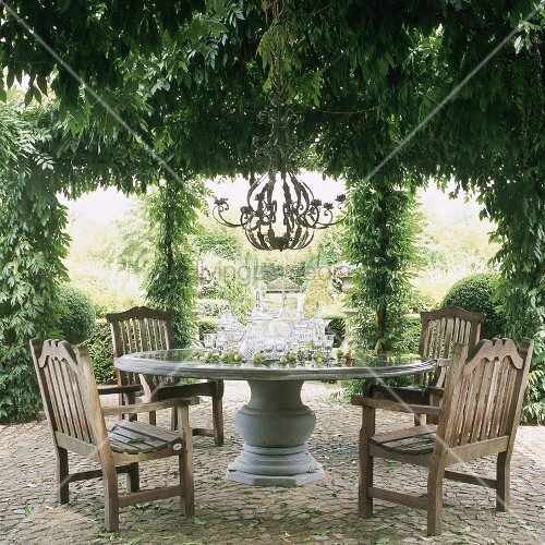 steinterrasse mit pergola schwerem runden steintisch. Black Bedroom Furniture Sets. Home Design Ideas