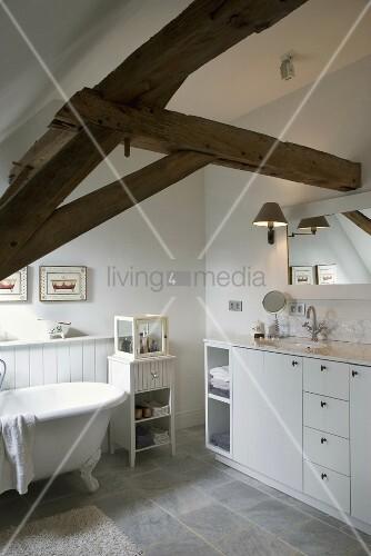weisses badezimmer mit rustikalen dachbalken bild kaufen living4media. Black Bedroom Furniture Sets. Home Design Ideas