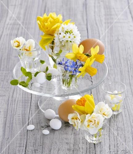 verschiedene fr hlingsblumen und eier als tischdeko bild kaufen living4media. Black Bedroom Furniture Sets. Home Design Ideas