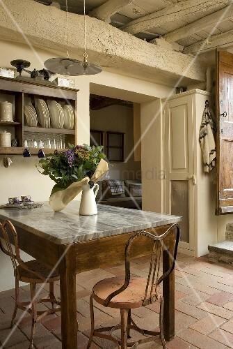 esstisch mit marmorplatte und mediterraner terrakottaboden im rustikalen landhaus bild kaufen. Black Bedroom Furniture Sets. Home Design Ideas