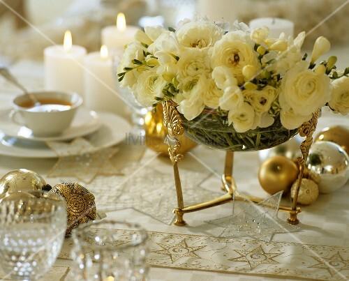 festliche teetafel zu weihnachten mit blumendeko bild. Black Bedroom Furniture Sets. Home Design Ideas
