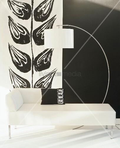 schwarz weisse raumecke mit weisser recamiere mit kissen mit blattmotiv weisser bogenlampe und. Black Bedroom Furniture Sets. Home Design Ideas