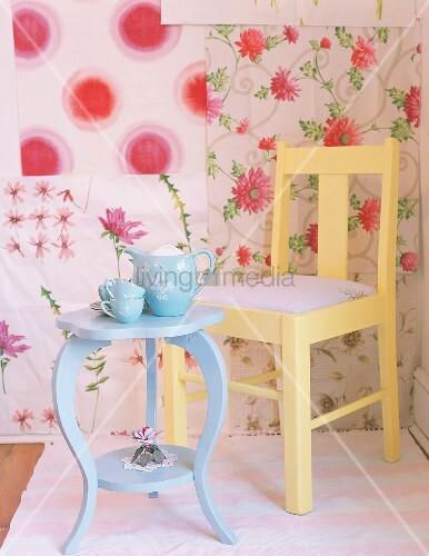 stuhl und tisch vor blumentapete bild kaufen living4media. Black Bedroom Furniture Sets. Home Design Ideas