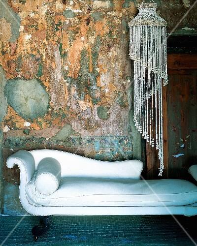 wei e recamiere liege und l ster vor rustikale wand bild kaufen living4media. Black Bedroom Furniture Sets. Home Design Ideas