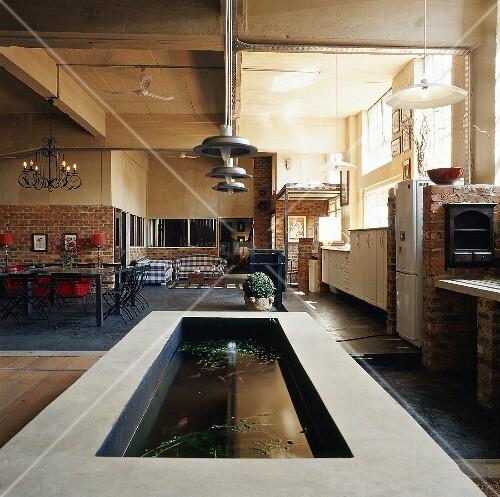 Gemauerter fischteich im renouvierten lagerhaus mit for Innendesigner schweiz