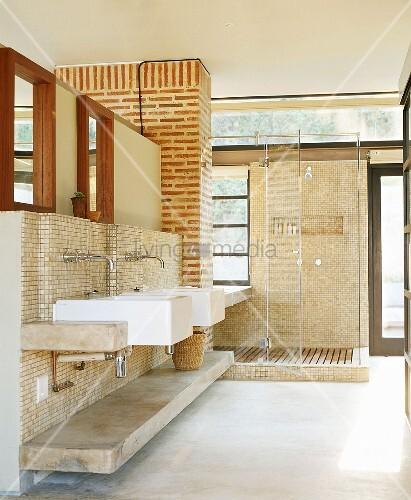 Zwei Waschbecken An Steinwand Vor Nasszelle Im Hellen Bad – Bild