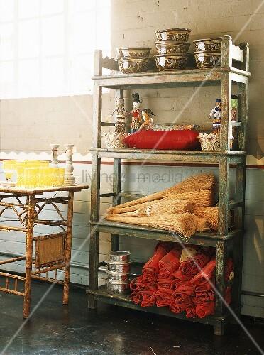 Asiatische Küchenutensilien altes holzregal mit asiatische deko und küchenutensilien bild