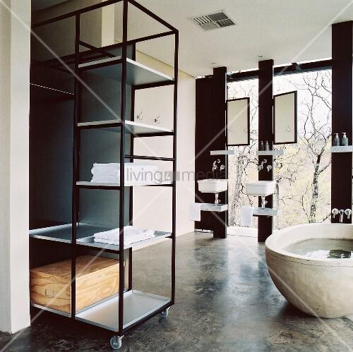 badezimmer im bauhaus stil mit freistehender badewanne und metallregal auf rollen bild kaufen. Black Bedroom Furniture Sets. Home Design Ideas