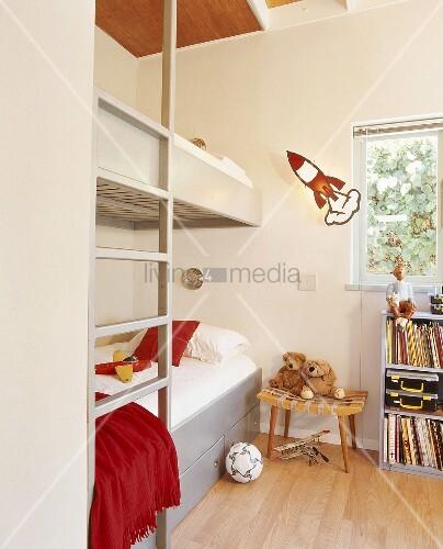 hochbett mit integrierte leiter im kinderzimmer bild kaufen living4media. Black Bedroom Furniture Sets. Home Design Ideas