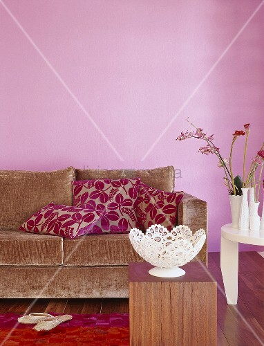 braunes stoffsofa mit pinken zierkissen und. Black Bedroom Furniture Sets. Home Design Ideas