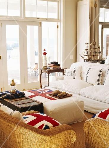 maritim eingerichtetes wohnzimmer mit britischem. Black Bedroom Furniture Sets. Home Design Ideas