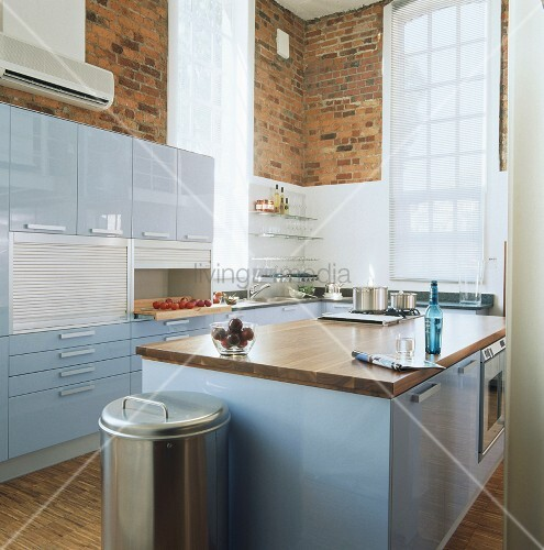 moderne k che mit hellblauen hochglanzfronten und backsteinw nden bild kaufen living4media. Black Bedroom Furniture Sets. Home Design Ideas