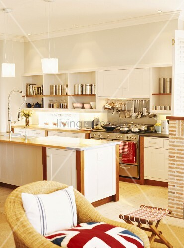 helle k che mit weissen fronten im offenen wohnraum bild kaufen living4media. Black Bedroom Furniture Sets. Home Design Ideas