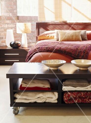 moderner ablagetisch auf rollen am fu ende eines bettes bild kaufen living4media. Black Bedroom Furniture Sets. Home Design Ideas