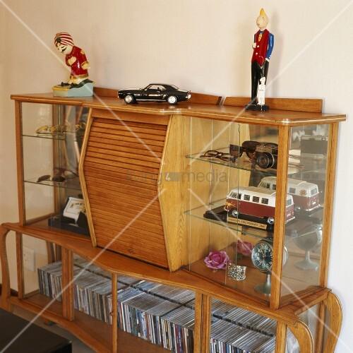 vitrinenschrank mit cds verschiedenen accessoires bild. Black Bedroom Furniture Sets. Home Design Ideas