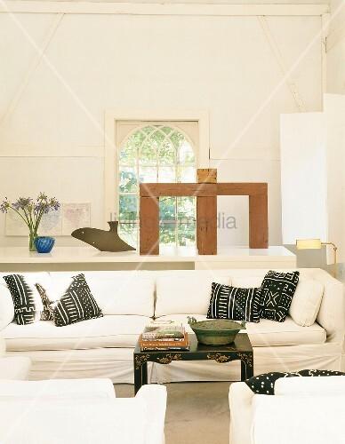 Wei es sofa mit schwarzen kissen bild kaufen living4media Hundeurin aus sofa entfernen