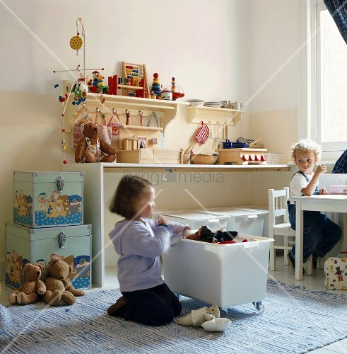 zwei kinder im kinderzimmer bild kaufen living4media. Black Bedroom Furniture Sets. Home Design Ideas