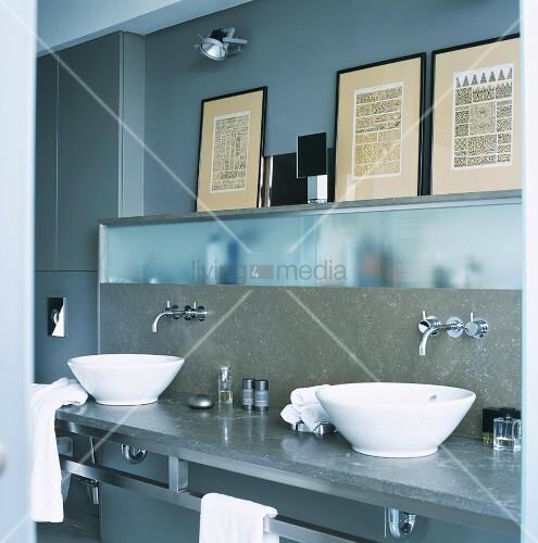 zwei freistehende schalen waschbecken vor einbauschr nke. Black Bedroom Furniture Sets. Home Design Ideas