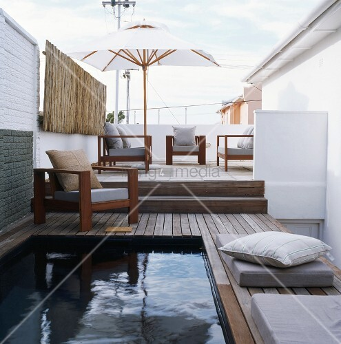 pool neben der terrasse bild kaufen living4media. Black Bedroom Furniture Sets. Home Design Ideas