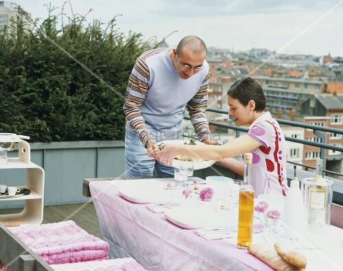 paar beim essen auf dem balkon bild kaufen living4media. Black Bedroom Furniture Sets. Home Design Ideas