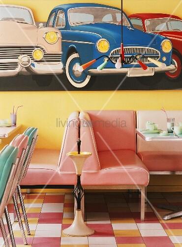 diner mit pastellfarbenen sitzen und mit gro em autobild im stil der 50iger jahre bild kaufen. Black Bedroom Furniture Sets. Home Design Ideas