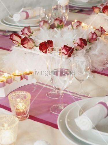 gedeckter tisch mit rosen und kerzen verziert bild kaufen living4media. Black Bedroom Furniture Sets. Home Design Ideas