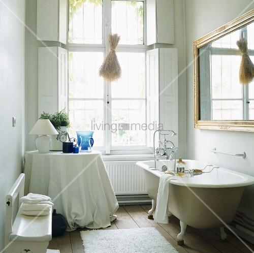 Freistehende Badewanne unter Wandspiegel – living4media
