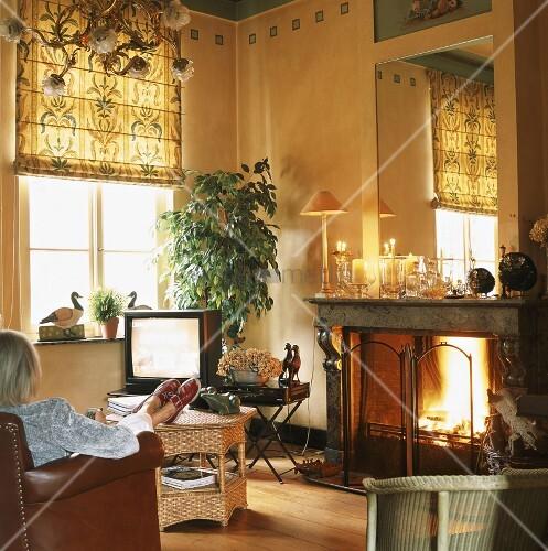 frau beim fernsehen im wohnzimmer bild kaufen living4media. Black Bedroom Furniture Sets. Home Design Ideas