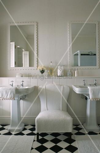 wei er sessel zwischen zwei waschbecken im badezimmer mit. Black Bedroom Furniture Sets. Home Design Ideas