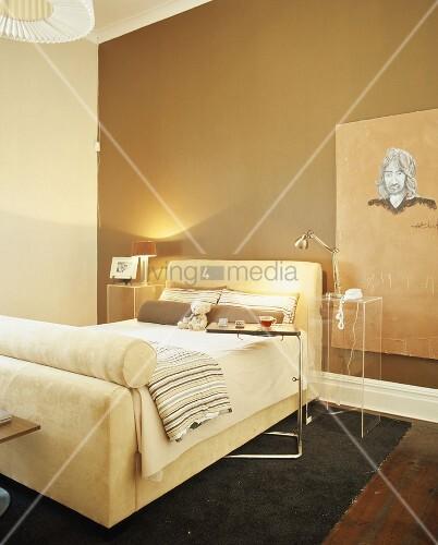 Modernes schlafzimmer mit gepolstertem bettgestell und for Beistelltisch schlafzimmer