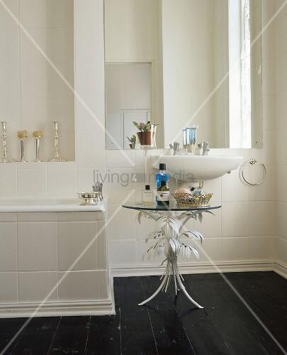 waschbecken und glastisch unter gro em wandspiegel im bad mit schwarzen dielenboden bild. Black Bedroom Furniture Sets. Home Design Ideas