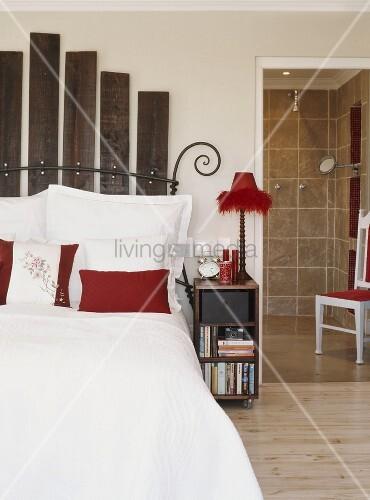 doppelbett mit holzlatten als kopfteil neben bad en suite bild kaufen living4media. Black Bedroom Furniture Sets. Home Design Ideas