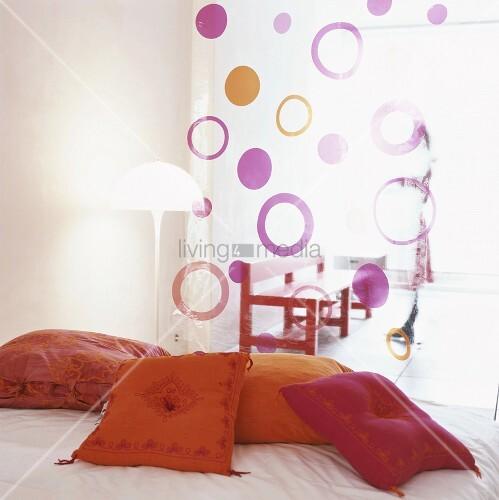 ein bett mit bunten kissen darauf bild kaufen living4media. Black Bedroom Furniture Sets. Home Design Ideas