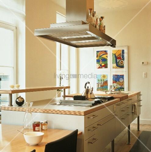 kochinsel mit integriertem herd und sp le metallgriffen und einen dunstabzug als ablage f r. Black Bedroom Furniture Sets. Home Design Ideas