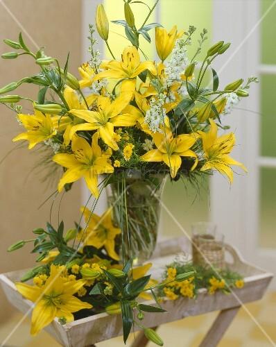 blumenstrauss mit gelben lilien bild kaufen living4media. Black Bedroom Furniture Sets. Home Design Ideas