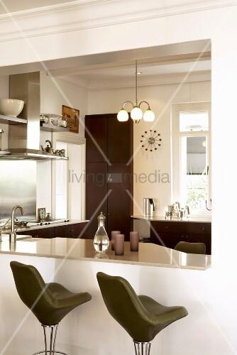 durchreiche als k chentheke in moderner k che mit davor stehenden gr nen thekenst hlen bild. Black Bedroom Furniture Sets. Home Design Ideas