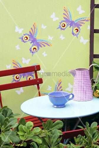 kanne und tasse auf gartentisch im freien bild kaufen living4media. Black Bedroom Furniture Sets. Home Design Ideas