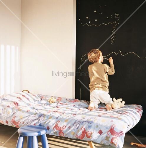 kinderzimmer mit gro er wandtafel und zeichnendem kind bild kaufen living4media. Black Bedroom Furniture Sets. Home Design Ideas