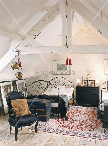 ein schlafzimmer im dachgeschoss mit wei er holzbalkendecke franz sischem bett und barockem. Black Bedroom Furniture Sets. Home Design Ideas