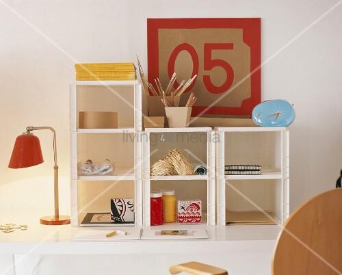 mit malutensilien gef lltes regalsystem auf einem schreibtisch bild kaufen living4media. Black Bedroom Furniture Sets. Home Design Ideas