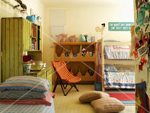 buntes kinderzimmer mit etagenbett und antikem holzschrank. Black Bedroom Furniture Sets. Home Design Ideas