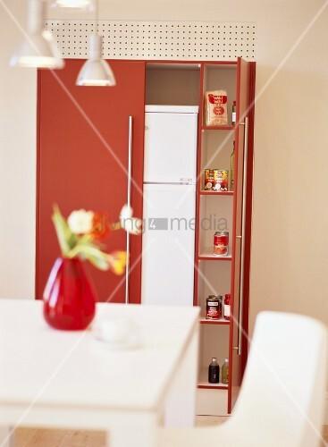 roter aufbewahrungsschrank mit k hlschrank und lebensmitteln bild kaufen living4media. Black Bedroom Furniture Sets. Home Design Ideas