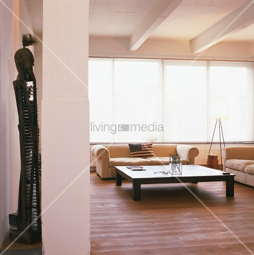 Minimalistisch eingerichtetes wohnzimmer mit gro em for Wohnzimmer minimalistisch