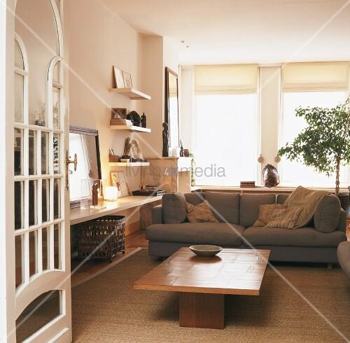 blick in ein gem tliches wohnzimmer mit sisalteppich und jugendstilt r bild kaufen living4media. Black Bedroom Furniture Sets. Home Design Ideas