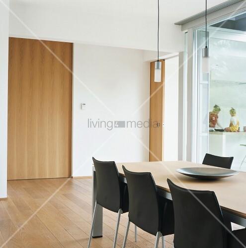 der esstisch und die lederst hle schaffen moderne eleganz in der minimalistischen. Black Bedroom Furniture Sets. Home Design Ideas